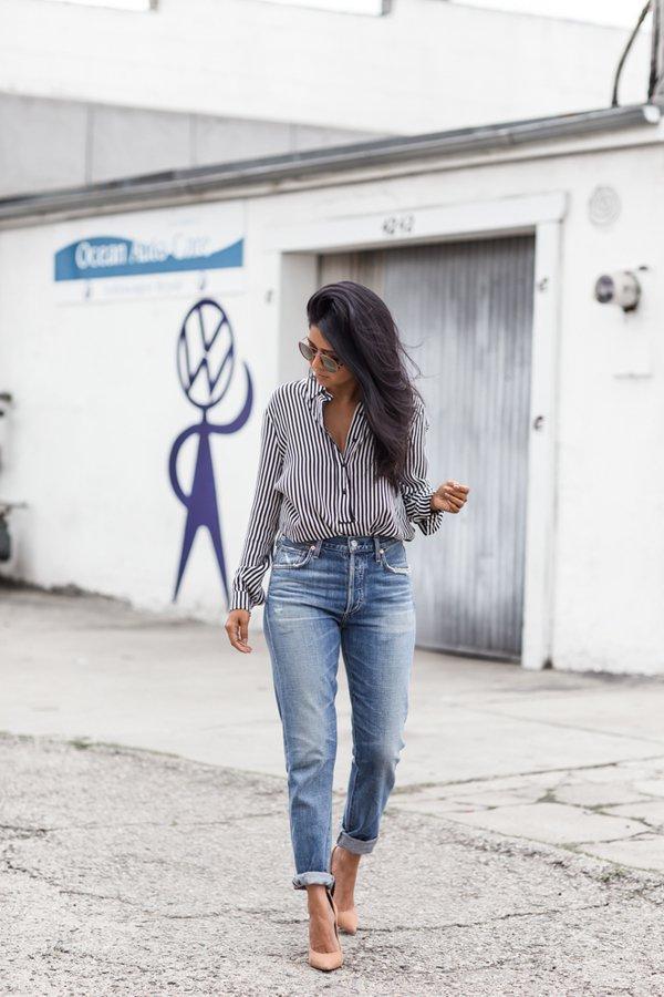 Mom jeans ile çizgili gömlek kombini
